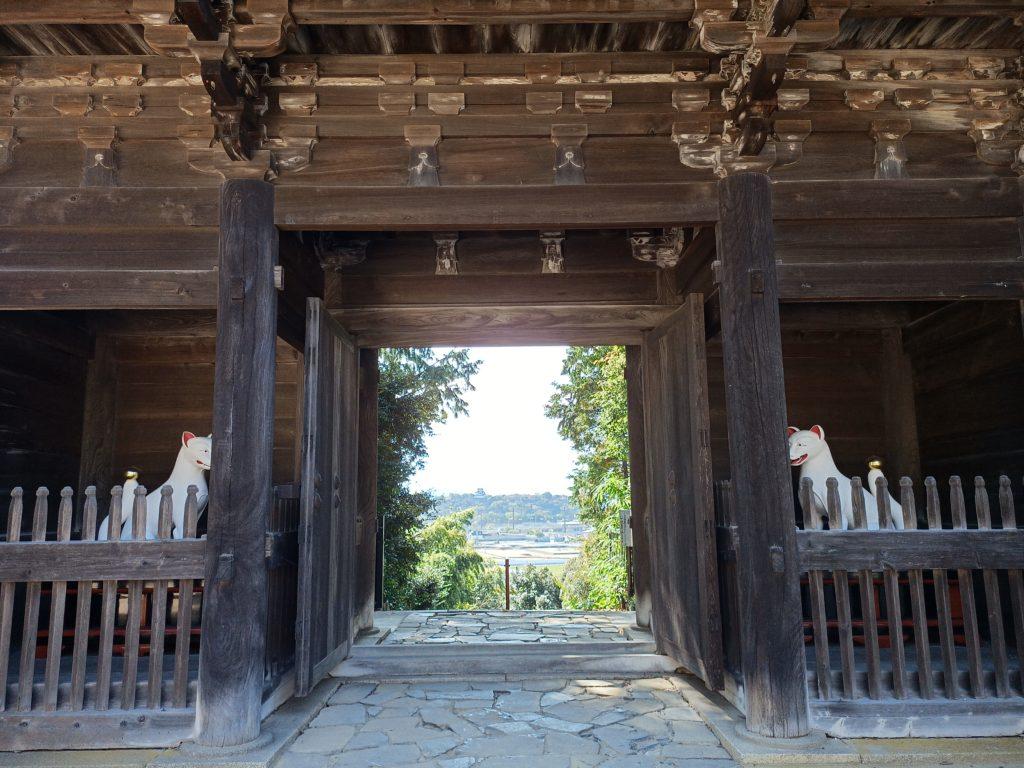 大洞弁財天山門から見た彦根城