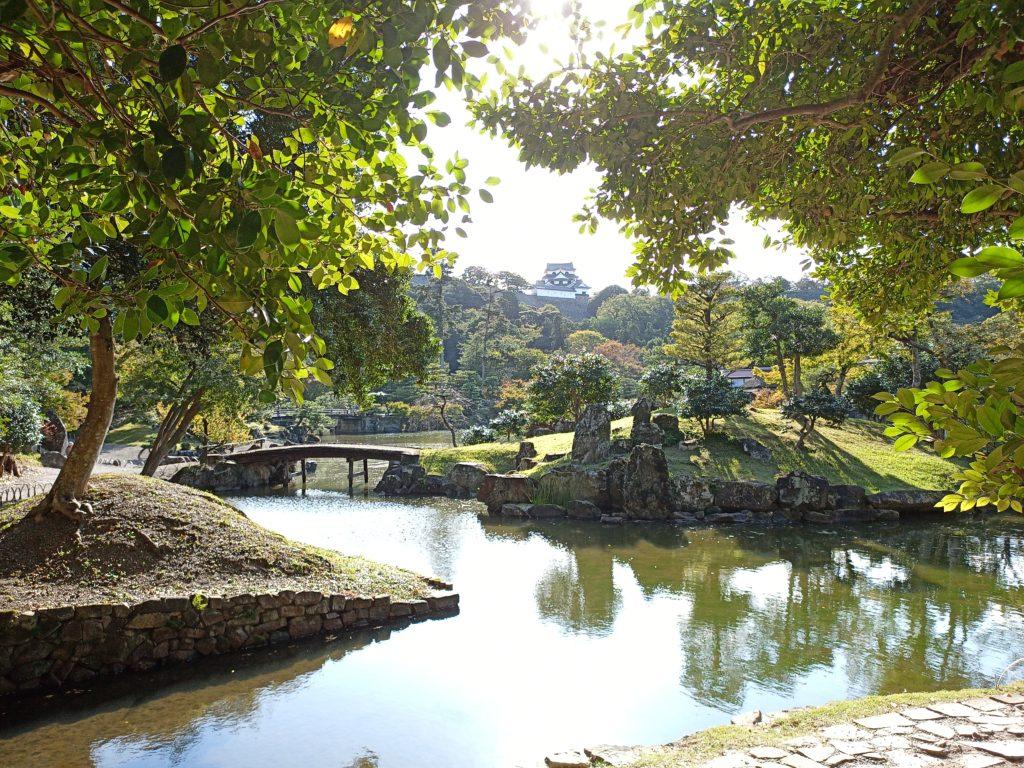 玄宮園の池に浮かぶ島