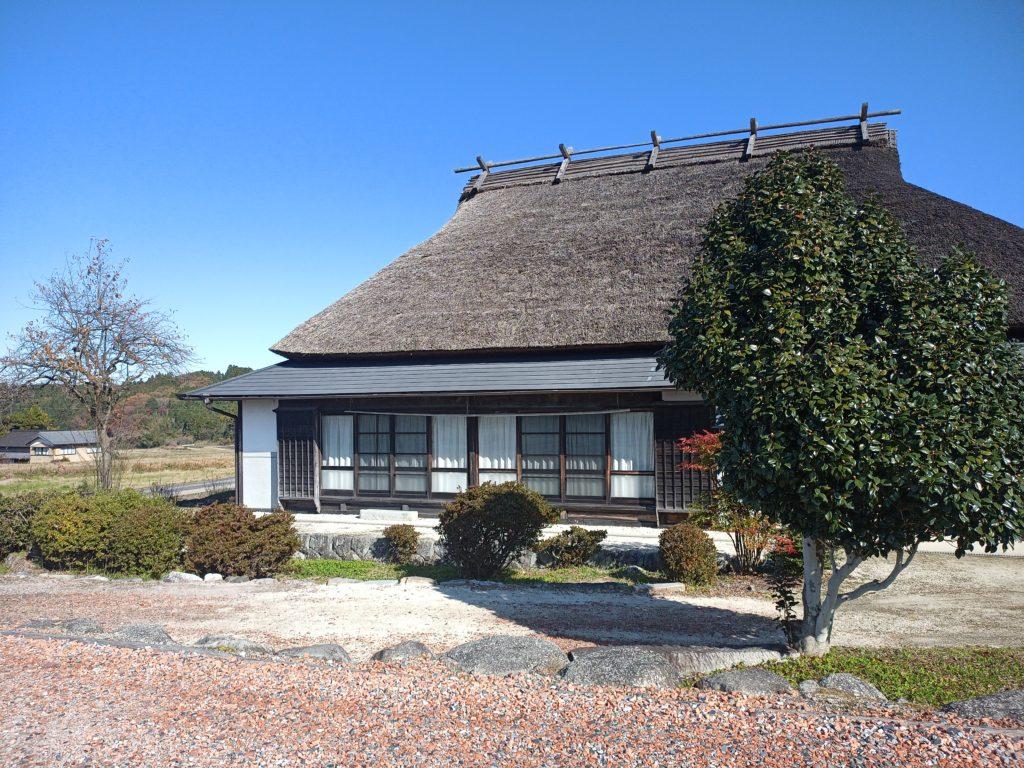 岩村町富田、茅葺きの家
