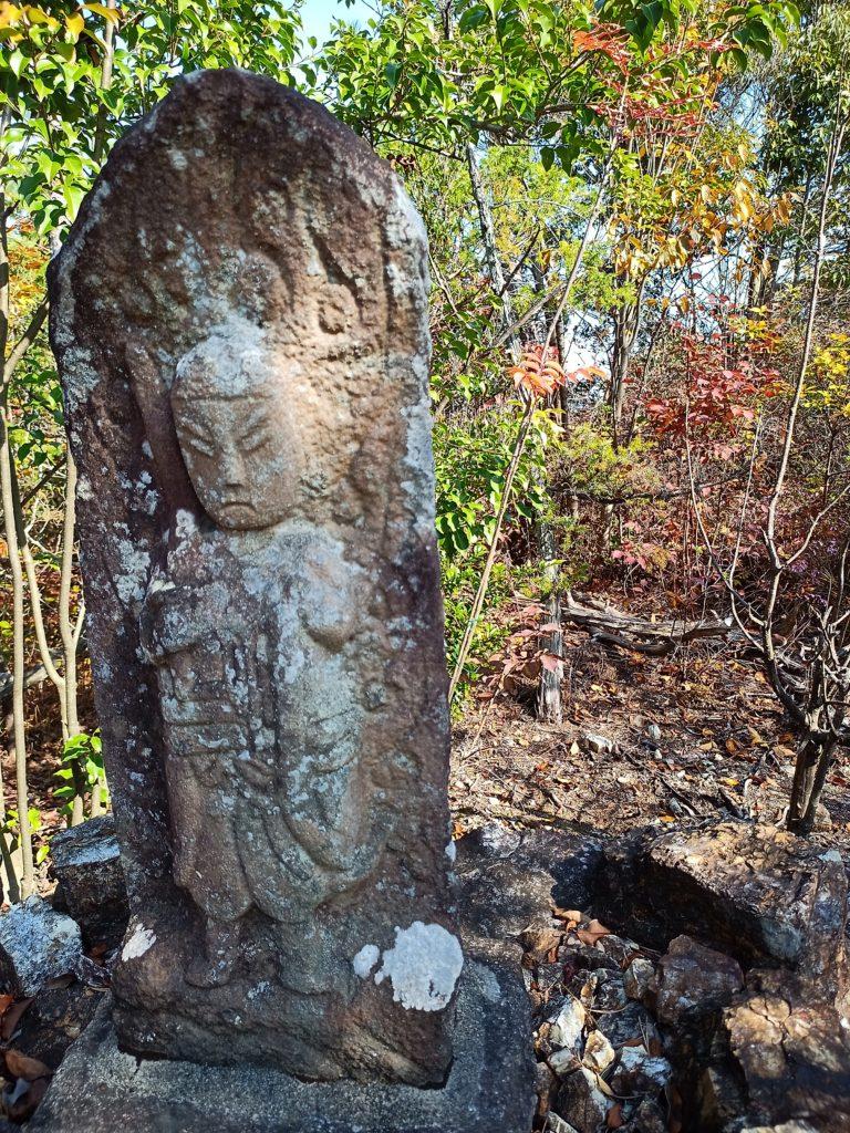 継鹿尾山登山道の石仏