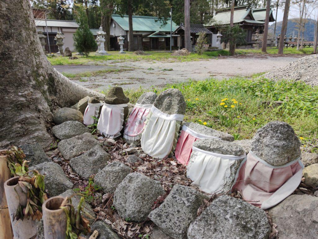 一色の集落にある八幡神社とその前に並べられたお地蔵様