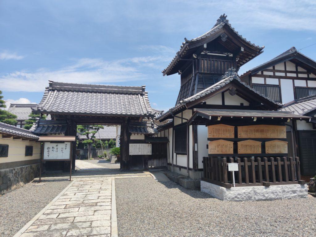 本龍寺山門と高札場