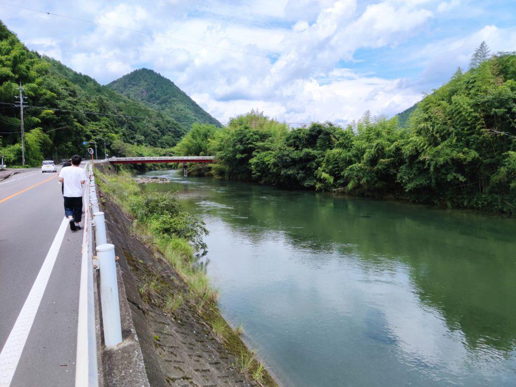 津保川沿いの道