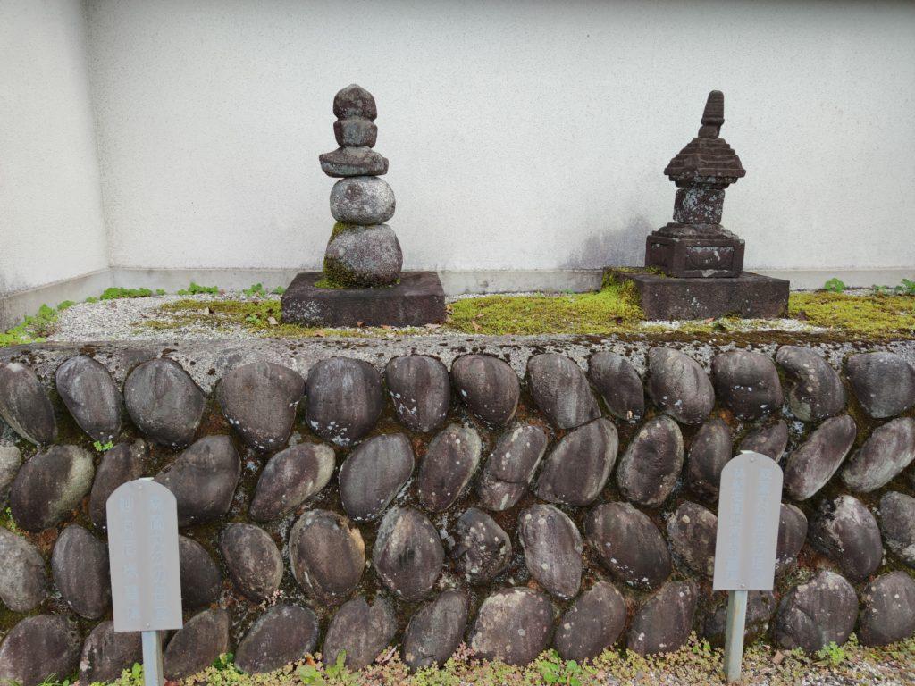 妙向尼の墓石(左)